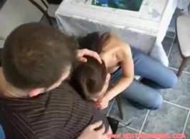 تقوم امرأة سمراء الحسية بتحفيز بوسها الوردي بلطف بعد أن تلعق كسها المشعر وتحفزه