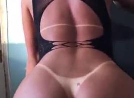جبهة مورو الشقراء الساخنة مع كبير الثدي تستعد لممارسة الجنس مع عبدها ، في الحمام