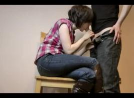 فتاة ساخنة مع الثدي المثالي يحصل خبطت من قبل اثنين من الديوك الضخمة