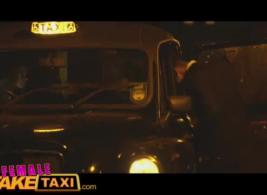 الإناث تاكسي وهمية سيئة ريدنيك الانفجارات لها صديقها الجديد