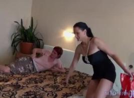 يحصل مارس الجنس طالب محظوظ في غسل السيارات بواسطة الديك الأسود الكبير
