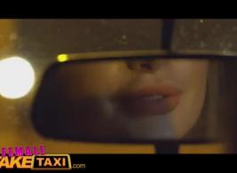 أنثى تاكسي وهمية أصفر بعقب الجمال في سراويل حمراء
